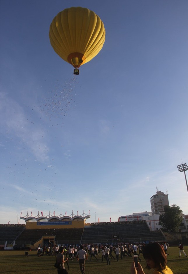 Rải tiền từ khinh khí cầu để quảng bá sách và 'truyền cảm hứng làm giàu...' - ảnh 1