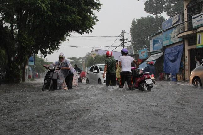 Dân Sài Gòn bì bõm lội nước sau mưa lớn - ảnh 2