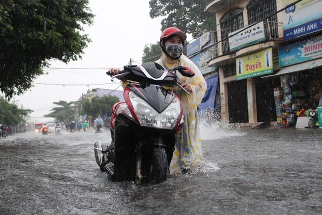 Dân Sài Gòn bì bõm lội nước sau mưa lớn - ảnh 3