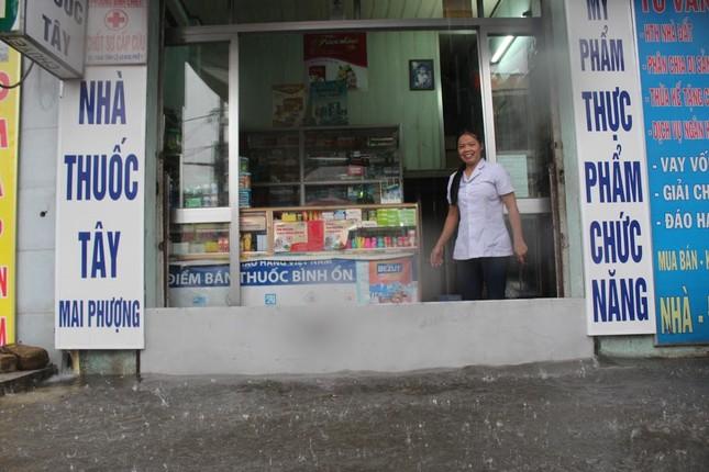 Dân Sài Gòn bì bõm lội nước sau mưa lớn - ảnh 4