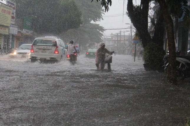 Dân Sài Gòn bì bõm lội nước sau mưa lớn - ảnh 1