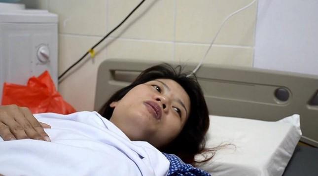 Chủ tịch Nguyễn Đức Chung thăm nữ công nhân môi trường bị đánh ngất xỉu  - ảnh 1