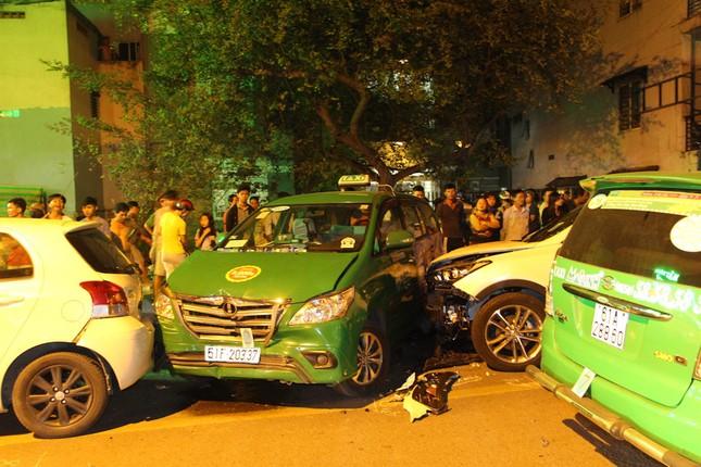 TP HCM: 13 xe tông liên hoàn, 2 người chết - ảnh 1