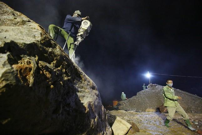Xuyên đêm phá đá tìm người mất tích do lũ  - ảnh 3