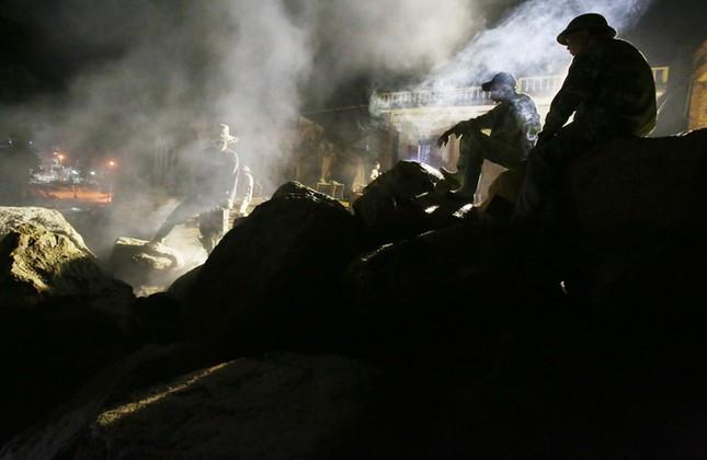 Xuyên đêm phá đá tìm người mất tích do lũ  - ảnh 6