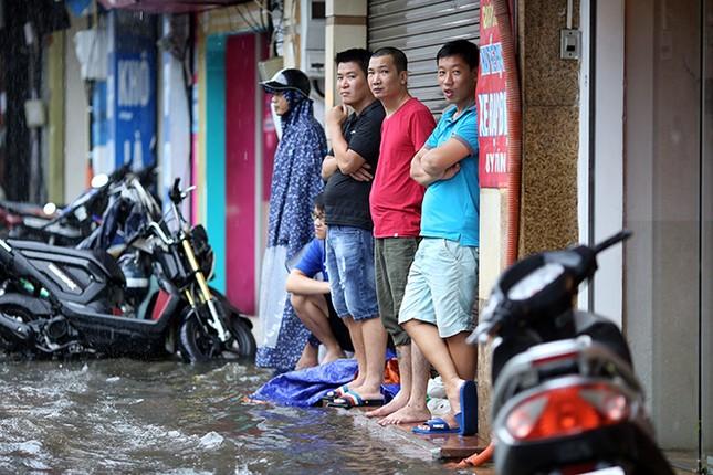 Người dân Hà Nội ngán ngẩm vì phố lại ngập sau cơn mưa  - ảnh 7