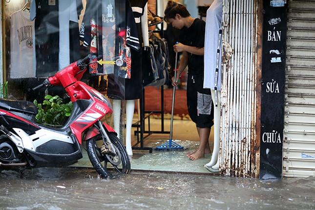 Người dân Hà Nội ngán ngẩm vì phố lại ngập sau cơn mưa  - ảnh 8