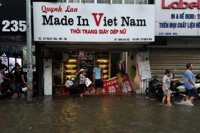 Người dân Hà Nội ngán ngẩm vì phố lại ngập sau cơn mưa  - ảnh 9