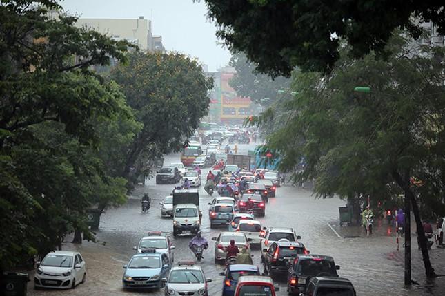 Người dân Hà Nội ngán ngẩm vì phố lại ngập sau cơn mưa  - ảnh 1