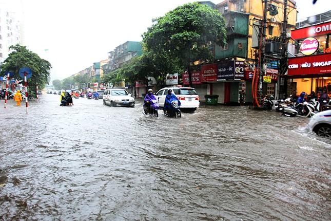 Người dân Hà Nội ngán ngẩm vì phố lại ngập sau cơn mưa  - ảnh 2