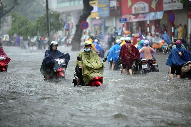 Người dân Hà Nội ngán ngẩm vì phố lại ngập sau cơn mưa  - ảnh 3