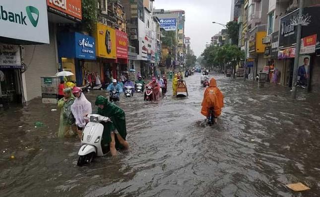Người dân Hà Nội ngán ngẩm vì phố lại ngập sau cơn mưa  - ảnh 4