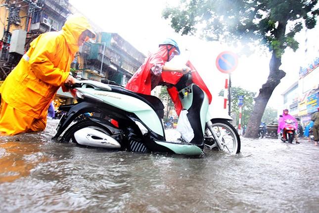Người dân Hà Nội ngán ngẩm vì phố lại ngập sau cơn mưa  - ảnh 5
