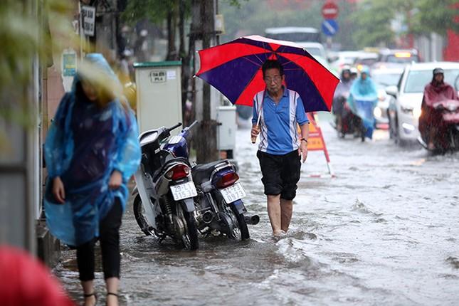 Người dân Hà Nội ngán ngẩm vì phố lại ngập sau cơn mưa  - ảnh 6