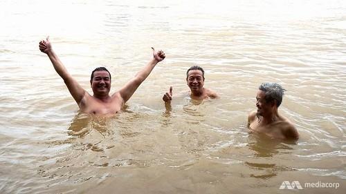 Bãi tắm 'tiên' ven sông Hồng lên báo nước ngoài  - ảnh 1