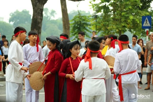 Độc đáo gánh hát Xoan nhí biểu diễn giữa phố đi bộ - ảnh 1
