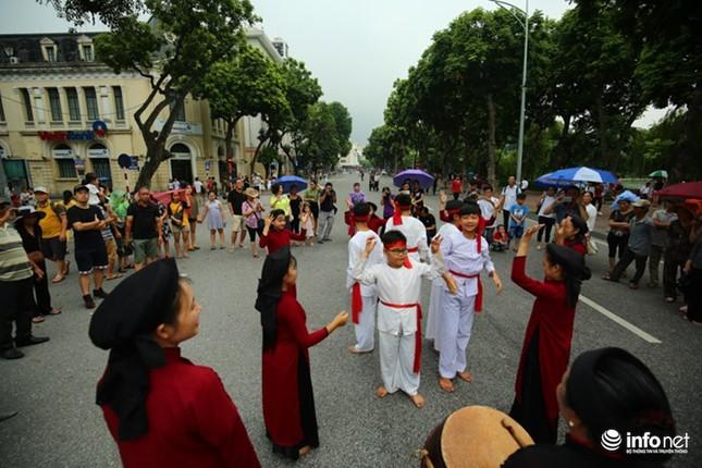 Độc đáo gánh hát Xoan nhí biểu diễn giữa phố đi bộ - ảnh 5