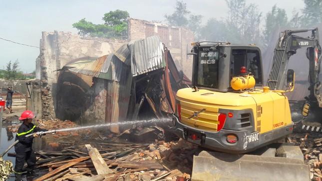 Hỏa hoạn thiêu rụi xưởng gỗ rộng hàng trăm mét vuông ở Nghệ An - ảnh 1