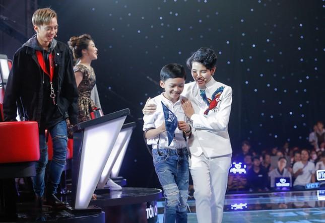 Cậu bé dân ca đi cạo mủ cao su gây tranh cãi tại The Voice Kids - ảnh 1