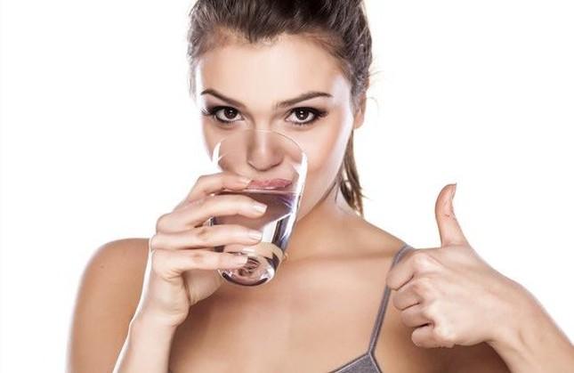 Ai cũng đã từng uống nước sai theo cách này - ảnh 1