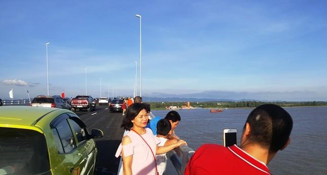 Hàng nghìn người đổ về Hải Phòng trải nghiệm cầu vượt biển dài nhất Việt Nam  - ảnh 2