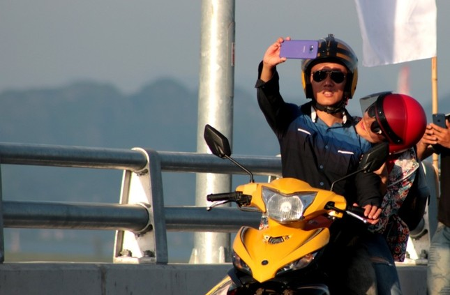 Hàng nghìn người đổ về Hải Phòng trải nghiệm cầu vượt biển dài nhất Việt Nam  - ảnh 4