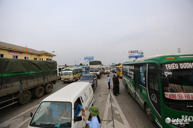 Trạm BOT Văn Lâm đang tê liệt, quốc lộ 5 tắc kéo dài vì... tiền lẻ - ảnh 1