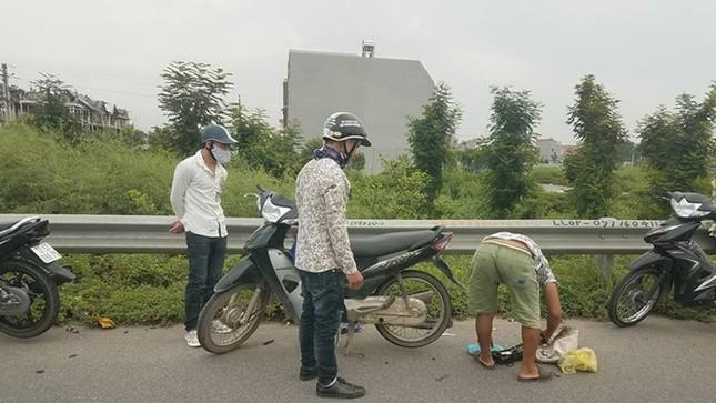 Hàng loạt xe máy, ô tô dính 'bẫy' đinh trên cao tốc Hà Nội - Bắc Giang - ảnh 1