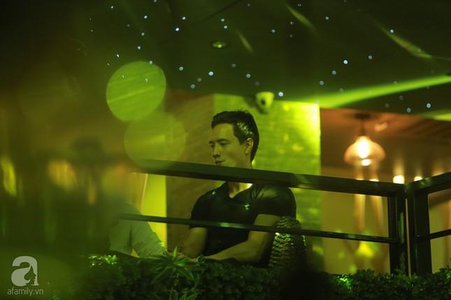 Dù không thừa nhận yêu nhau, Kim Lý vẫn sát cánh bên Hà Hồ ở phòng trà  - ảnh 2