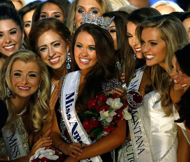 Nữ chính trị gia 23 tuổi đăng quang Hoa hậu Mỹ - ảnh 1