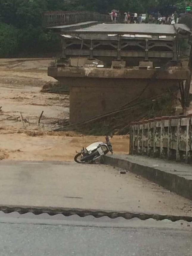 Yên Bái: Cầu Thia đổ sập, ít nhất 4 người bị lũ cuốn - ảnh 1