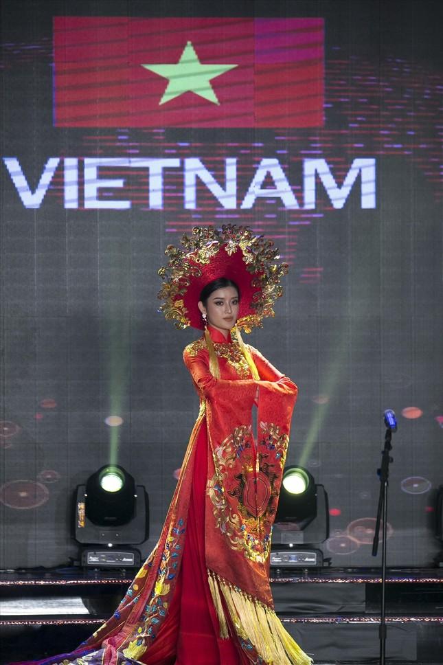 Huyền My lộng lẫy trong vòng thi đầu tiên Hoa hậu Hòa bình Thế giới - ảnh 1