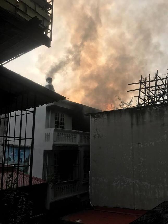 Đang cháy lớn trong ngõ 150 Đặng Tiến Đông  - ảnh 1
