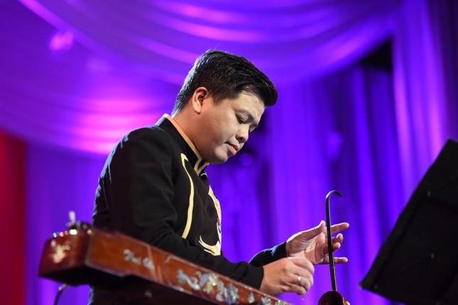 Đăng Dương trình diễn đàn bầu và giọng hát đỉnh cao trong live concert đầu tiên - ảnh 3