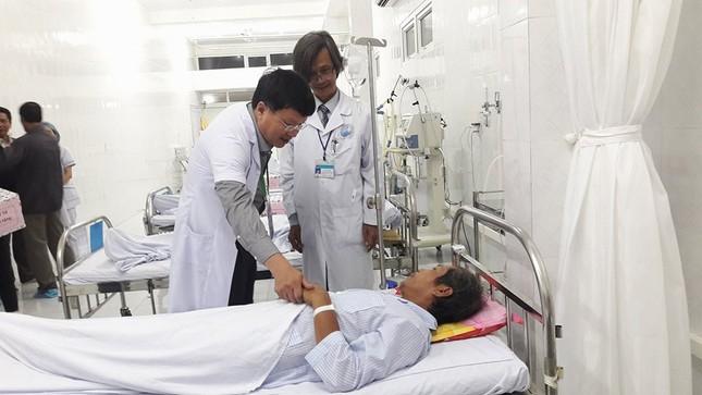 Bác sĩ vùng lũ trắng đêm phẫu thuật cứu bệnh nhân - ảnh 1