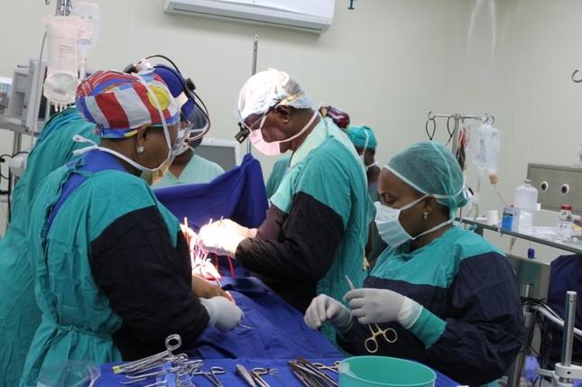 'Bệnh viện bay' cứu chữa bệnh nhi tim bẩm sinh Tanzania  - ảnh 1