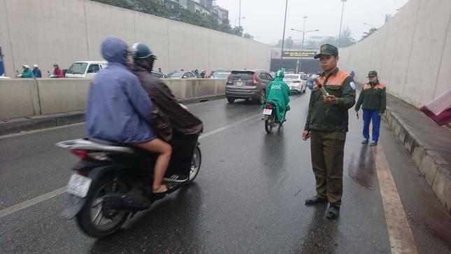Mưa ướt, hầm Kim Liên trơn trượt khiến nhiều chị em ngã xe - ảnh 2