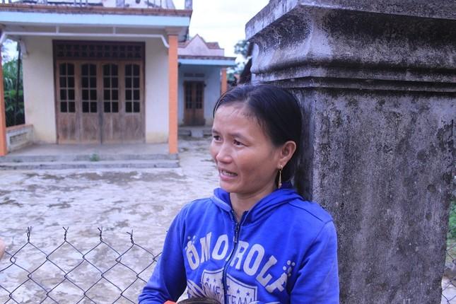 Chị Hương đứng khóc cạnh căn nhà giờ đã bị chồng chiếm