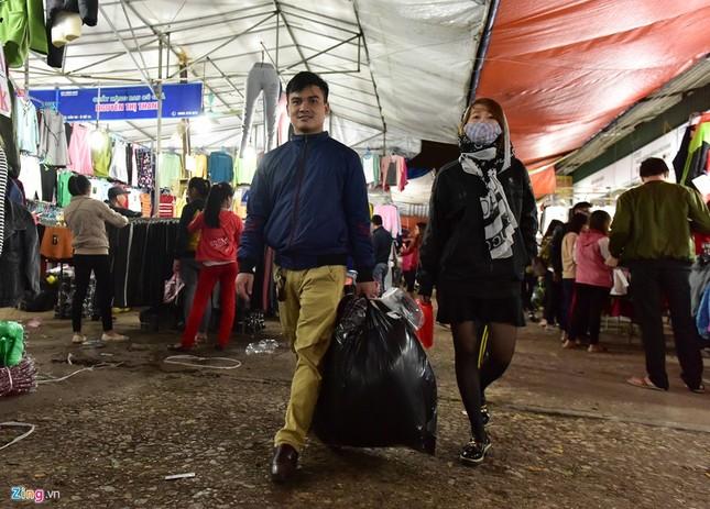 Chen chân mua đồ chống rét đêm lạnh 16 độ C - ảnh 10