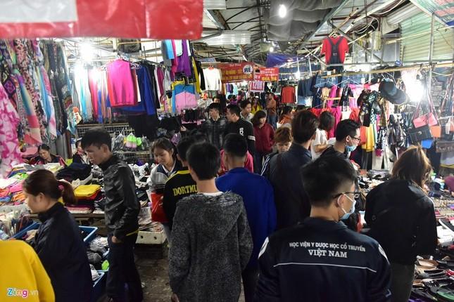 Chen chân mua đồ chống rét đêm lạnh 16 độ C - ảnh 1