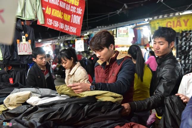 Chen chân mua đồ chống rét đêm lạnh 16 độ C - ảnh 2