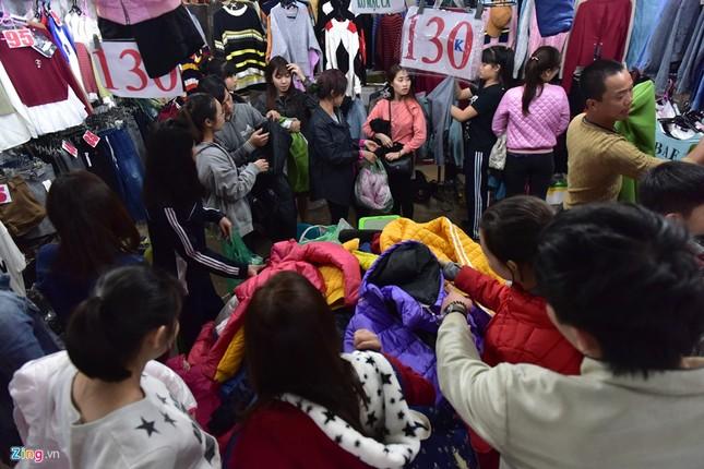 Chen chân mua đồ chống rét đêm lạnh 16 độ C - ảnh 3