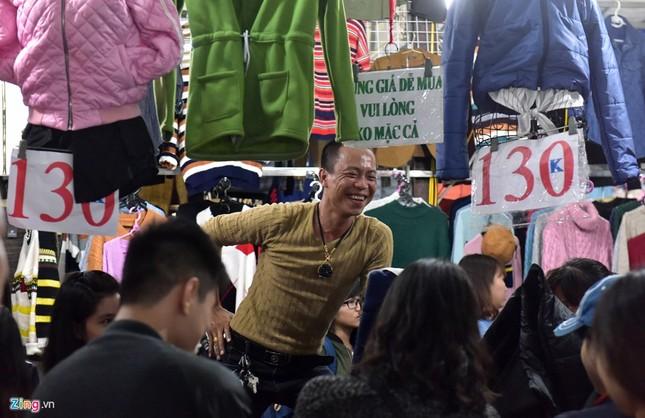 Chen chân mua đồ chống rét đêm lạnh 16 độ C - ảnh 4