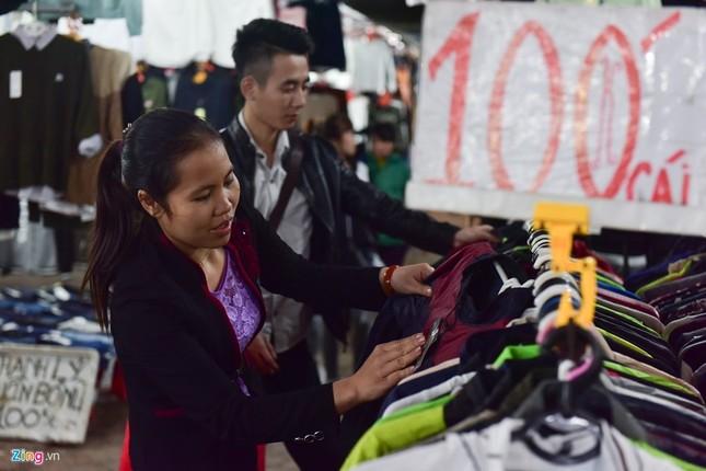 Chen chân mua đồ chống rét đêm lạnh 16 độ C - ảnh 5