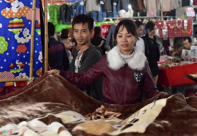 Chen chân mua đồ chống rét đêm lạnh 16 độ C - ảnh 6