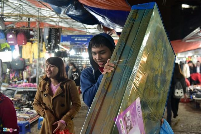 Chen chân mua đồ chống rét đêm lạnh 16 độ C - ảnh 7