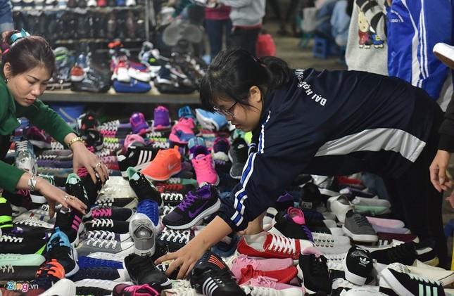 Chen chân mua đồ chống rét đêm lạnh 16 độ C - ảnh 8