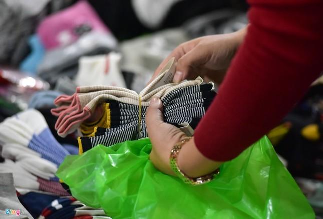 Chen chân mua đồ chống rét đêm lạnh 16 độ C - ảnh 9