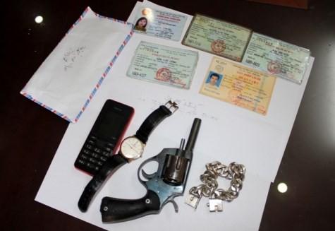 Cảnh sát hình sự khống chế kẻ găm súng, giấu ma túy - ảnh 1