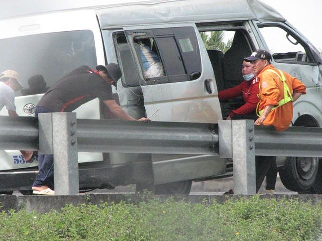 Ô tô nổ bánh trên cao tốc Trung Lương-TP.HCM, 6 người bị thương - ảnh 1